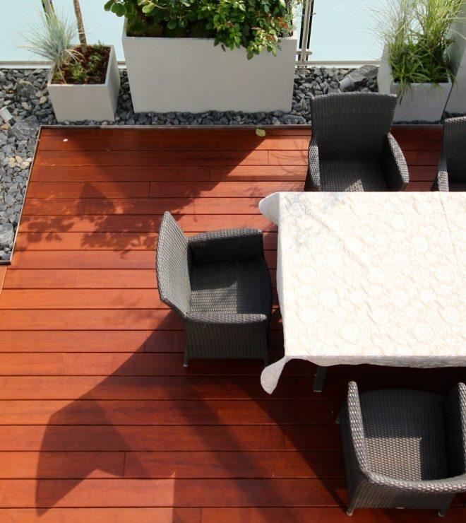 Ein schöner Blick auf eine Terrasse.